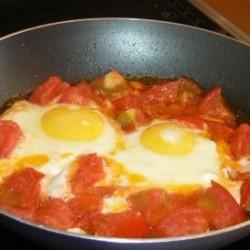 Рецепт яичницы глазунья с помидорами
