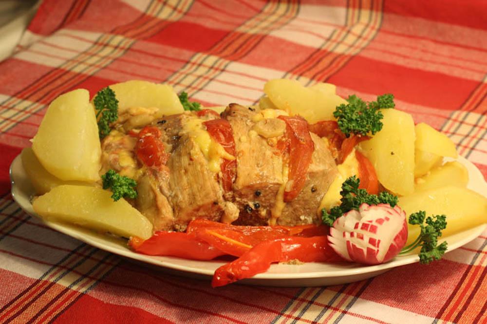 zapechenaya-svinina-s-pomidorami-i-syirom-final