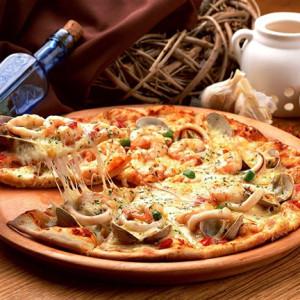 Пицца из морепродуктов на слоёном