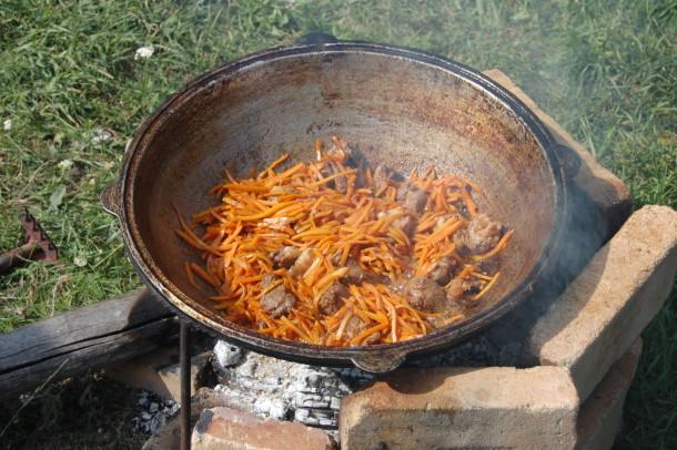 Готовка еды в чугунной посуде на костре
