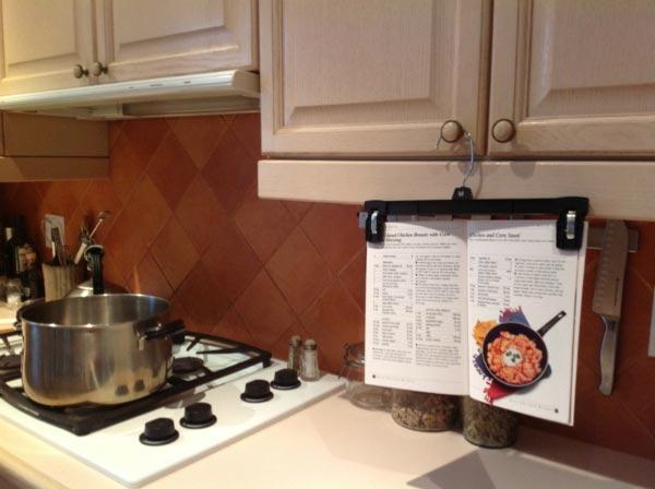 Книга рецептов на вешалке