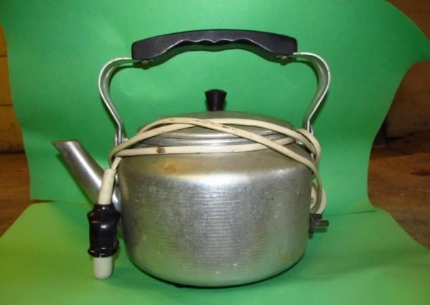 Старый электрический чайник времен СССР