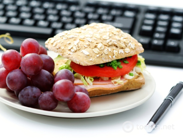 Не ешьте за компьютером, кушать нужно на кухне, чтобы мозг контролировал поступление пищи