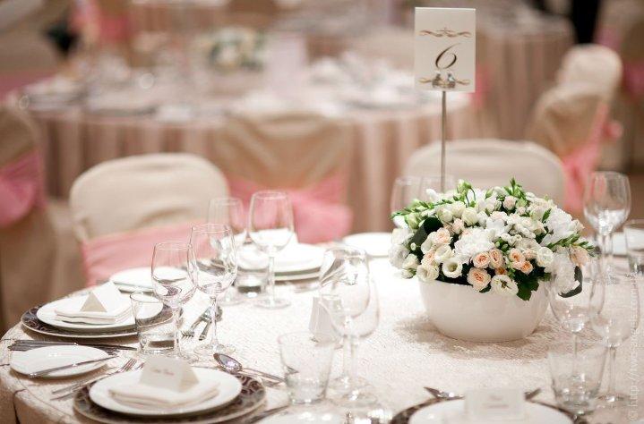 Как красиво украсить свадебный зал?