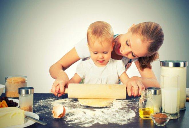 Ребенок на кухне: правила «допуска» малыша к кухонным задачам