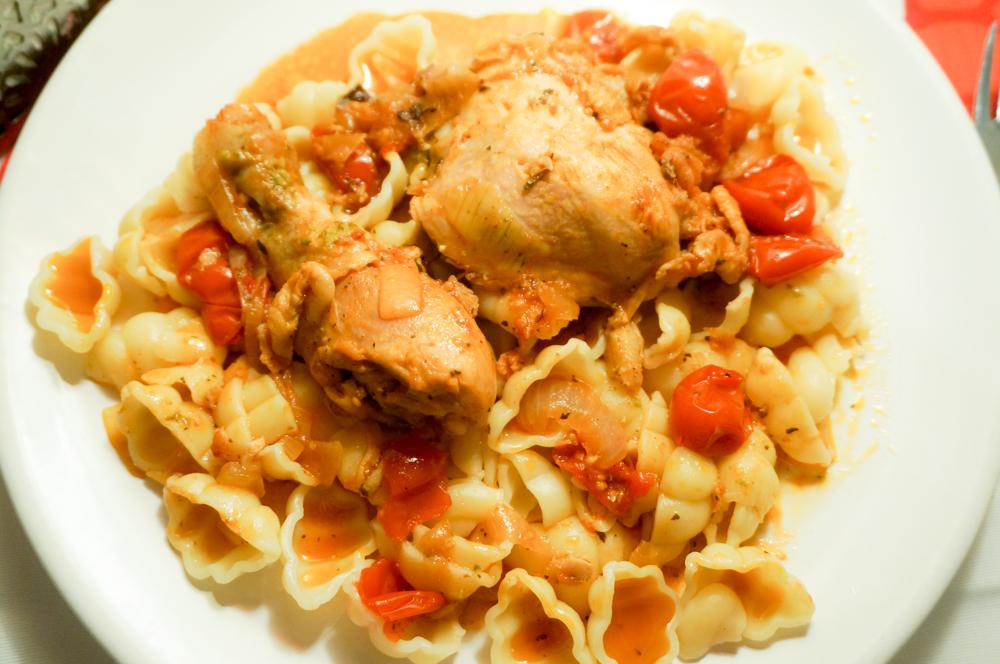 Тушеная курица с консервированными томатами