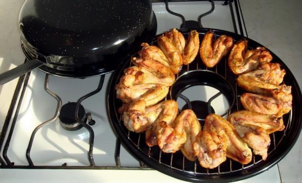 Жареные куриные крылышки на сковороде-гриль