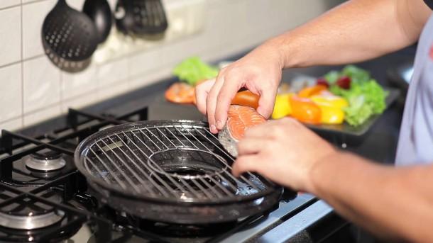 Жарим рыбу на сковороде-гриль