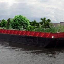 Плавучая баржа с растениями