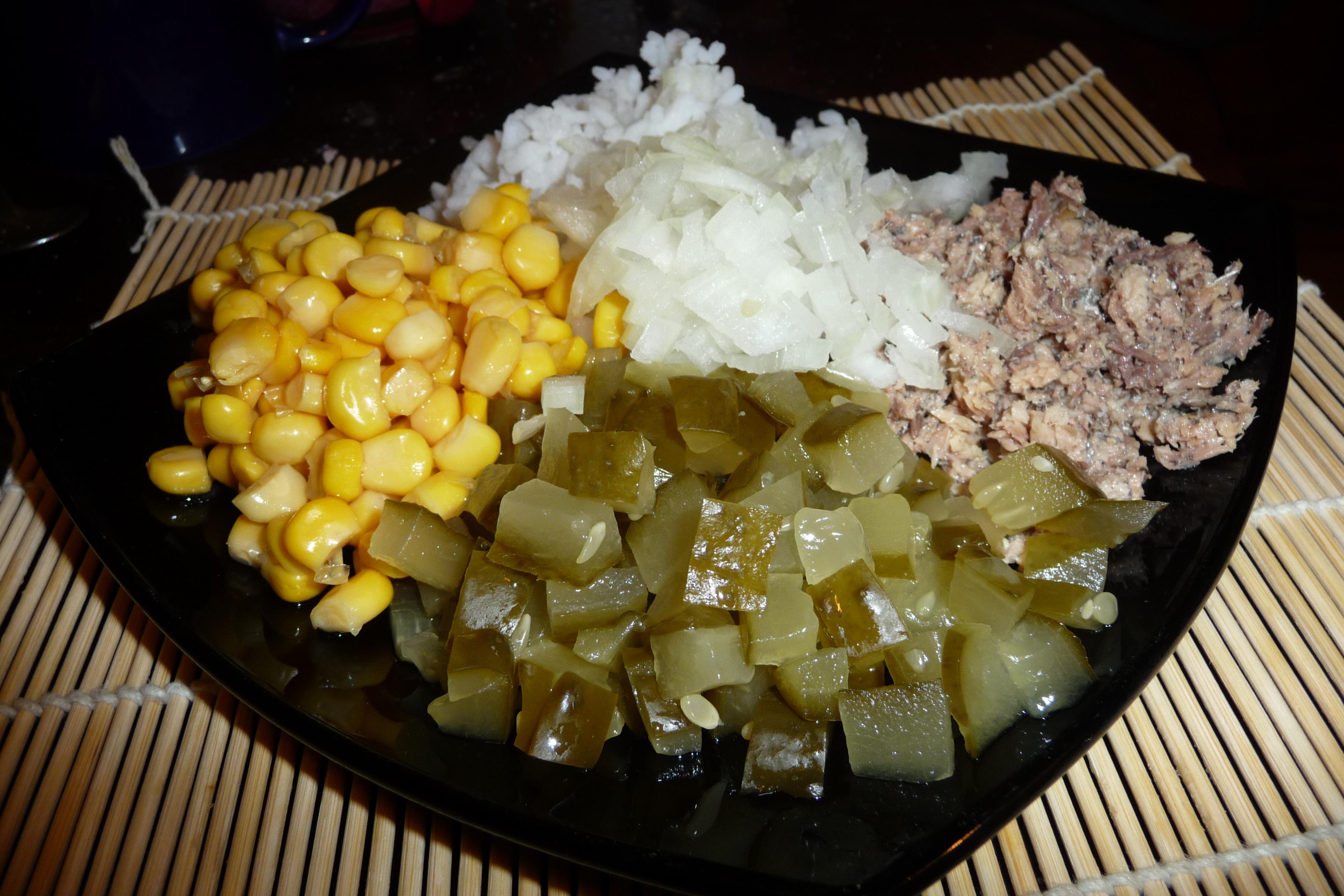 Салат с кукурузой и консервами рыбными рецепт пошагово
